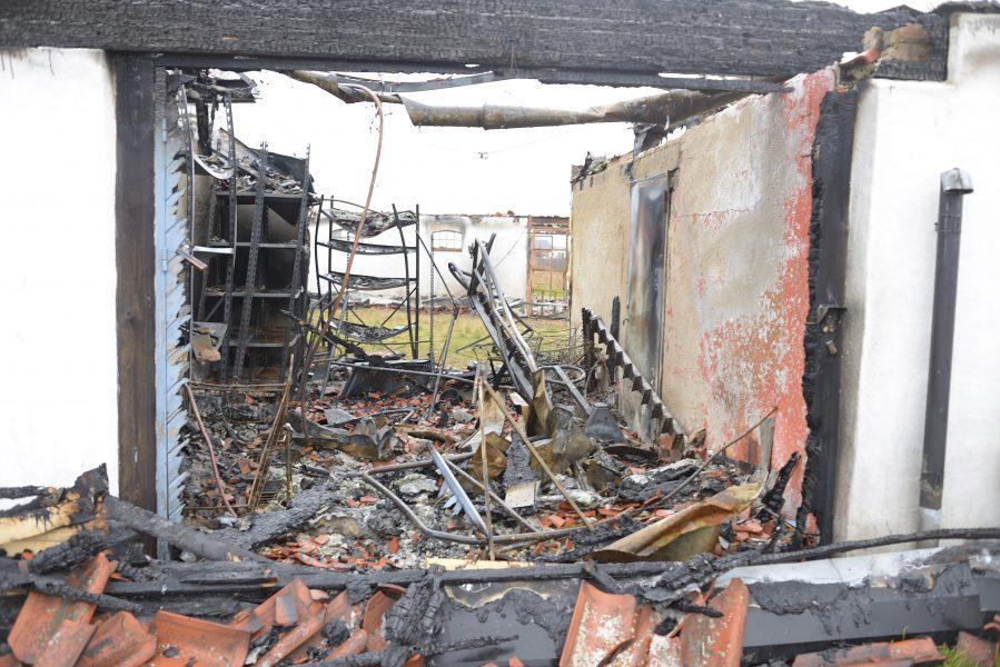 Branden spred sig snabbt till gårdens alla fyra byggnader och förstörde allt.
