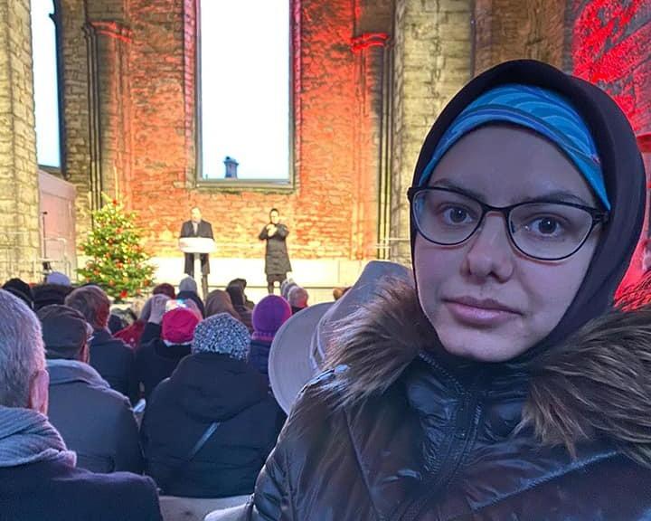 Maryam Hosseini lyssnar till Stefan Löfven i Visby, nu har hon och hennes familj flytt till Tyskland.