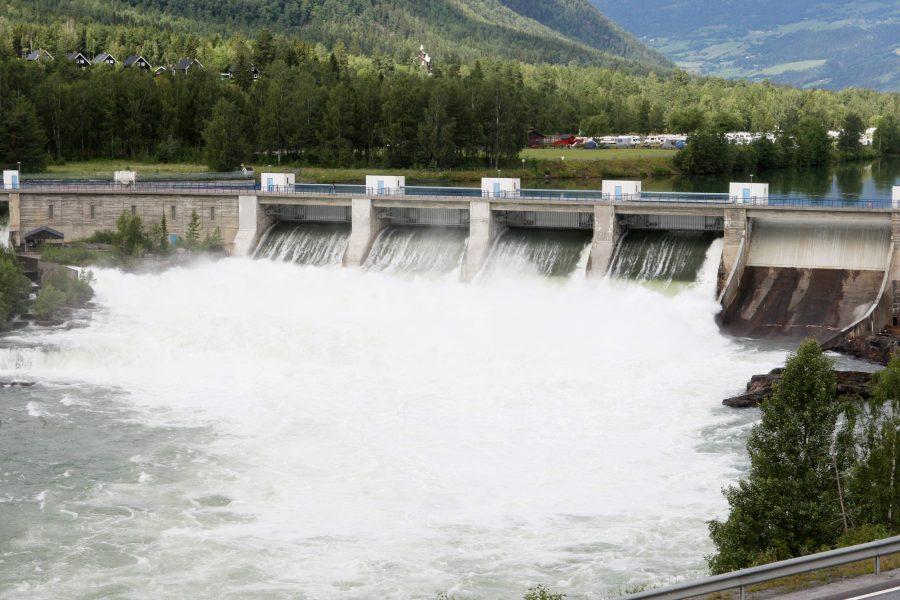 Vattenkraften är en viktig energikälla i både Sverige och Norge, men till skillnad från Sverige går fastighetsskatten för vattenkraftverk i Norge direkt till kommunerna och inte till staten.