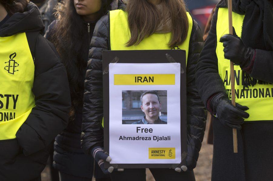 Demonstration utanför Irans ambassad på Lidingö för den fängslade KI-forskaren AhmedrezaDjalali.