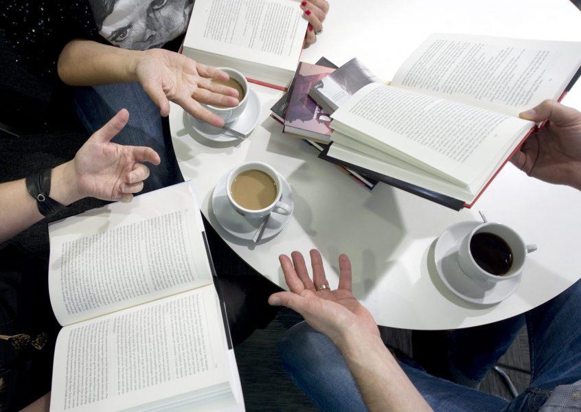 Att ses och diskutera böcker är kanske inte aktuellt under nuvarande förhållanden, men däremot kan man ha en digital bokcirkel.