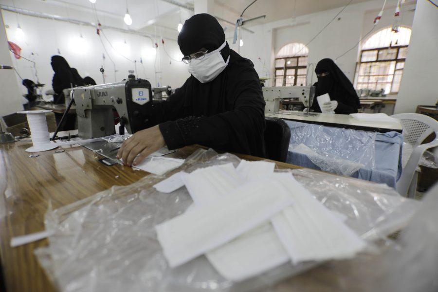 Kvinnor arbetar med att sy munskydd på en textilfabrik i Jemens huvudstad Sanaa.