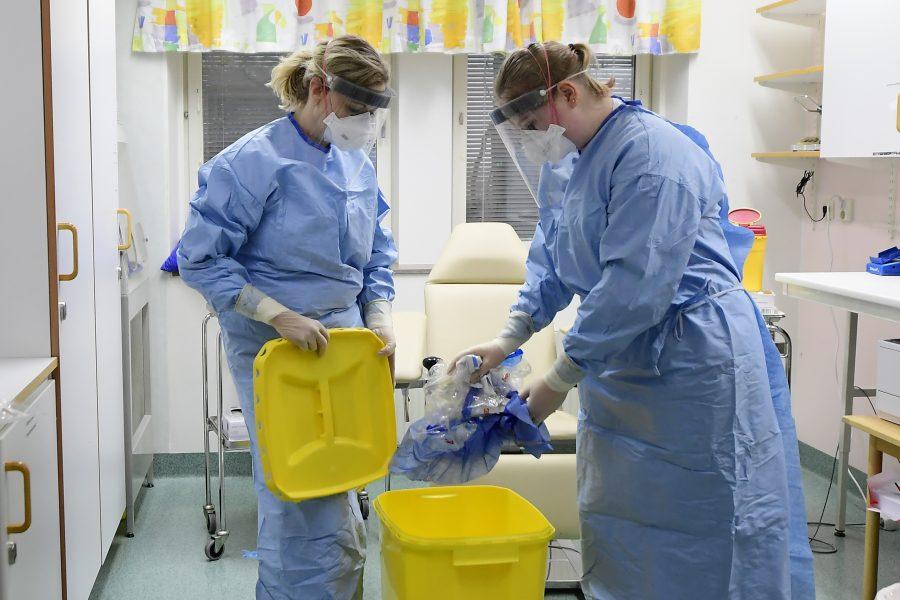 Sjukvårdspersonal med skyddskläder och ansiktsvisir på infektionskliniken i Kalmar.