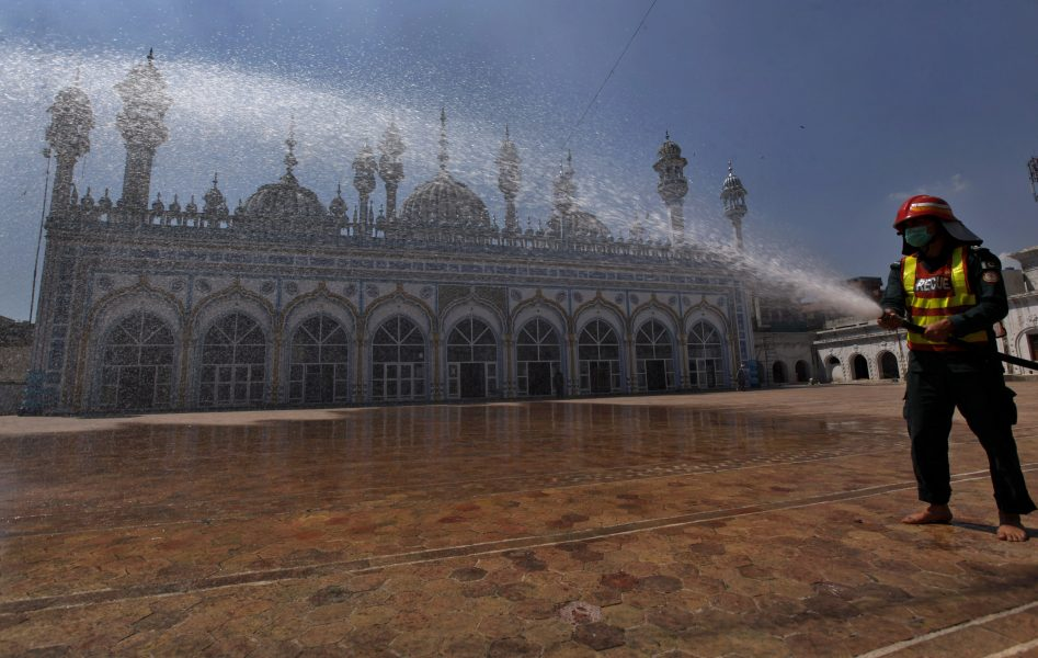 I Rawalpindi i Pakistan desinficeras hela moskéer.