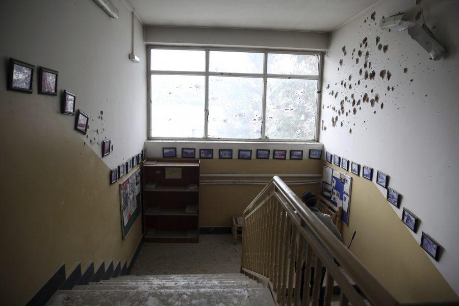 Skotthål i väggen på förlossningskliniken i Kabul.