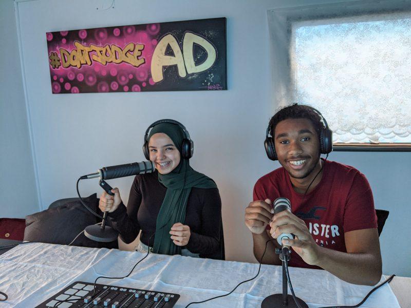Minna Alhassani och Abdulsamad Ahmed i studion.