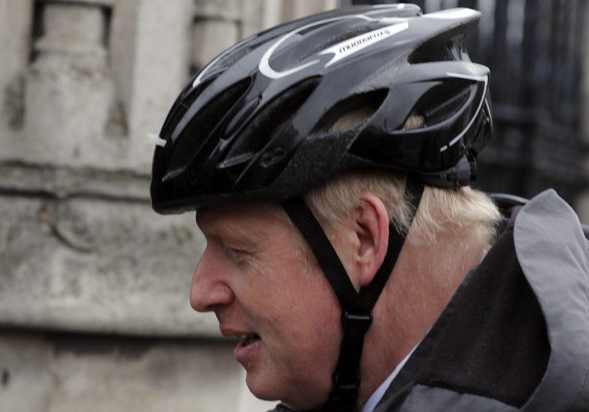 Storbritanniens premiärminister Boris Johnson slår ett slag för cyklingen som ett sätt att motverka övervikten och ohälsan.
