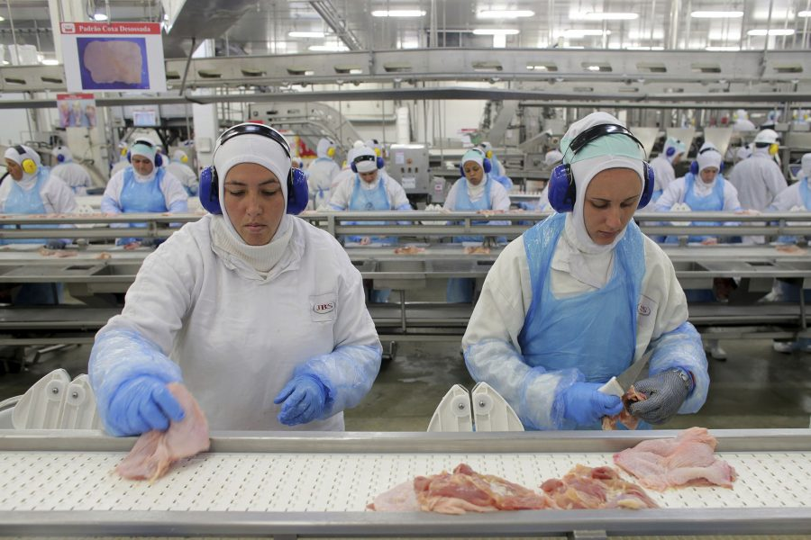 Arbetare i en av JBS fabriker.
