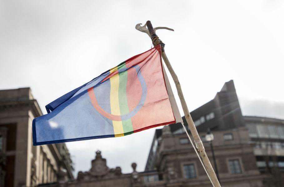 Samernas flagga framför den svenska riksdagen.