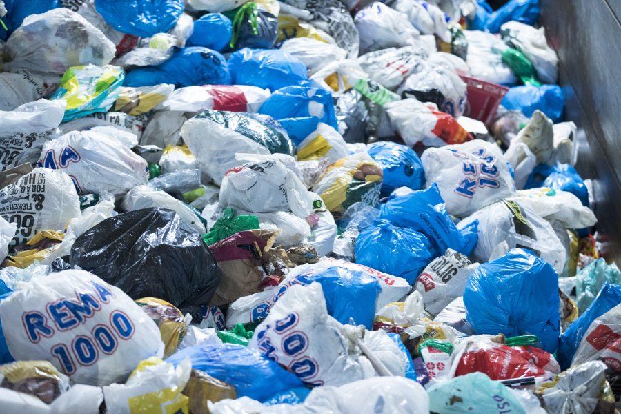 Illegala plasttransporter från Europa och Nordamerika till bland annat Asien är ett ökande problem, varnar Interpol i ny rapport.