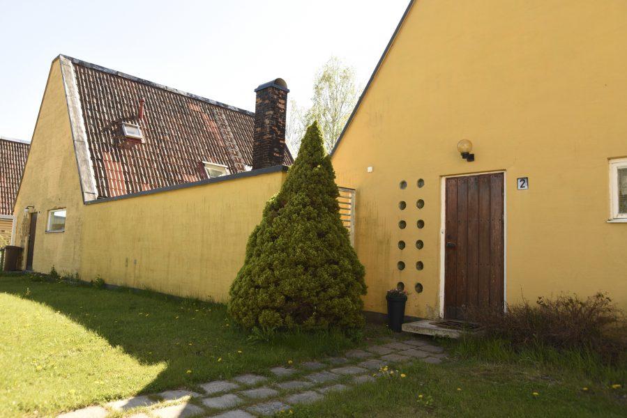 De gula kedjehusen anses vara en arkitektonisk pärla i byn.