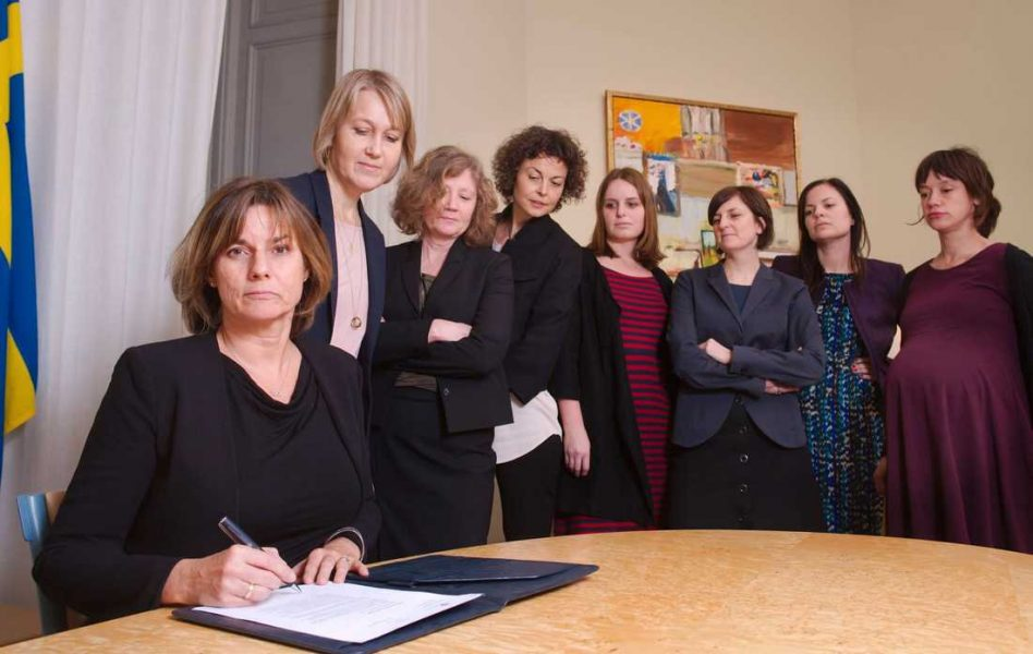 Isabella Lövin undertecknar förslaget till Sveriges nya klimatlag 2017.