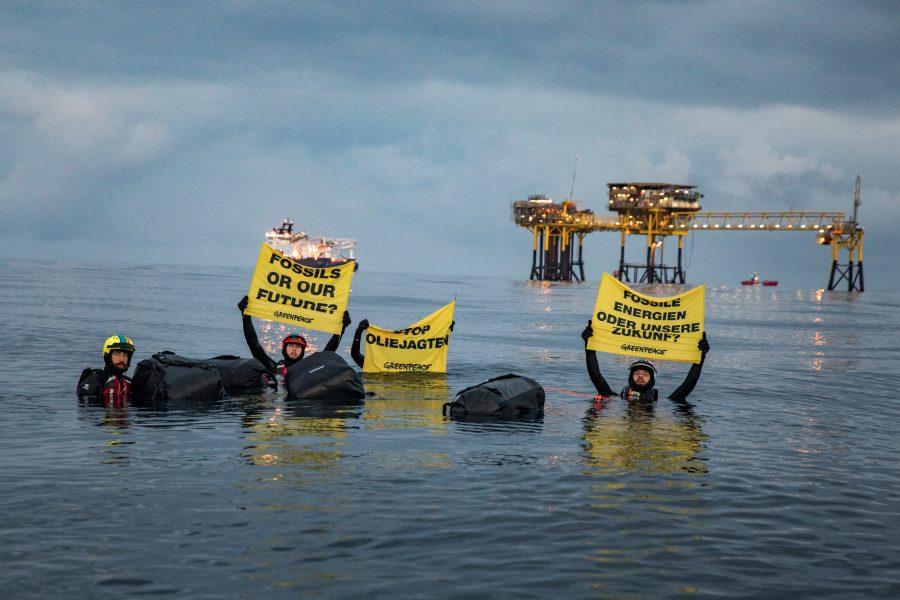 Aktivister från Greenpeace har simmat över ett danskt oljefält i Nordsjön för att protestera motDanmarks olje- och gasexploatering.