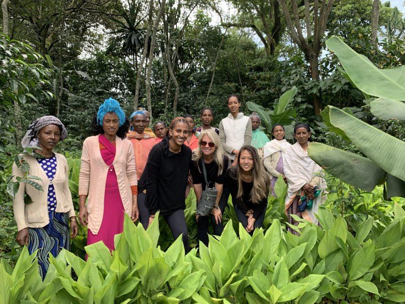 Ariana Yuen, längst till höger i främre raden, får ta emot en prissumma på 20 000 kronor för sitt arbetemed att odla och sälja ätbara produkter från den etiopiska skogen.