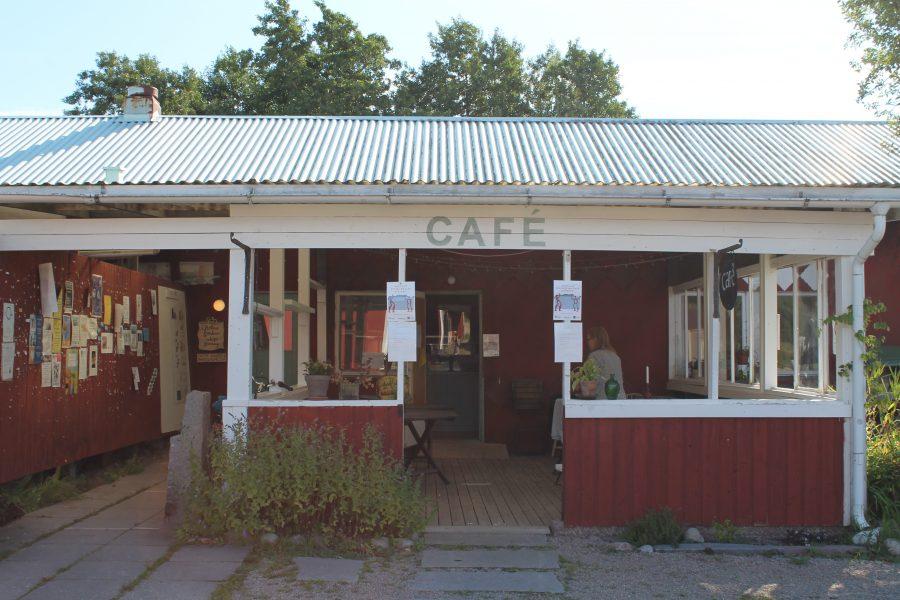 Bottnas inköpsförening och Café Olivia delar lokal, alldeles bredvid ligger också Konstnärernas kollektivverkstad.