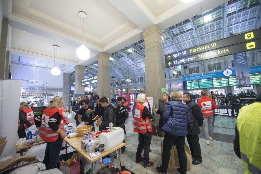 Personal från Röda korset på Stockholms central under flyktingvågen 2015.