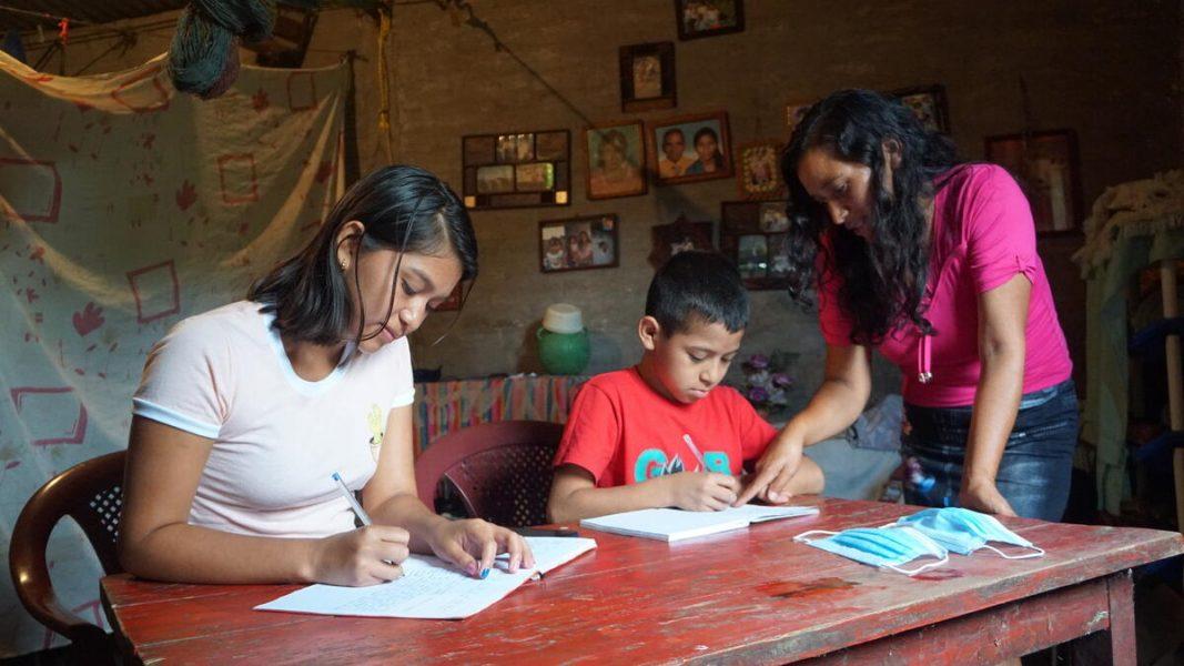 1,5 miljarder barn har drabbats av skolstängningar sedan utbrottet av coronapandemin, det har lett till att såväl ojämlikheten som ojämställdheten bland barn har ökat konstaterar Rädda Barnen i en ny rapport.