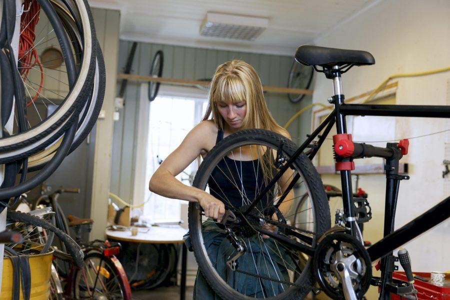 Cykelreparationer är ett område där många unga saknar kunskap, något som ska åtgärdas genom en bok och en digital kurs.