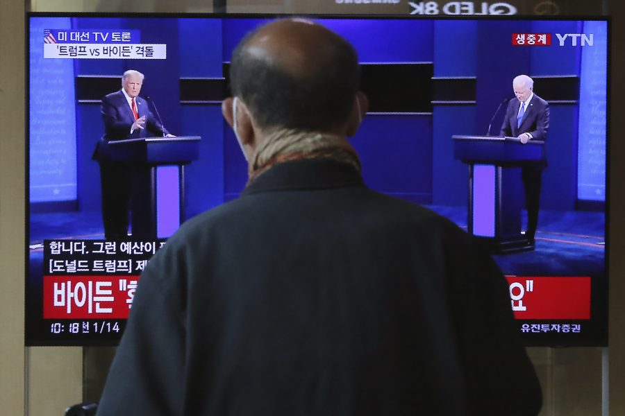 En man i Seoul, Sydkorea, tittar på tv-sändningen från USA.