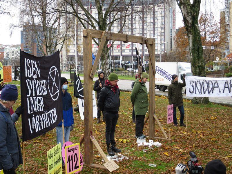 Aktivister genomför en symbolisk hängningsaktion utanför Norges konsulat i Göteborg för att symbolisera hur isen smälter under våra fötter.