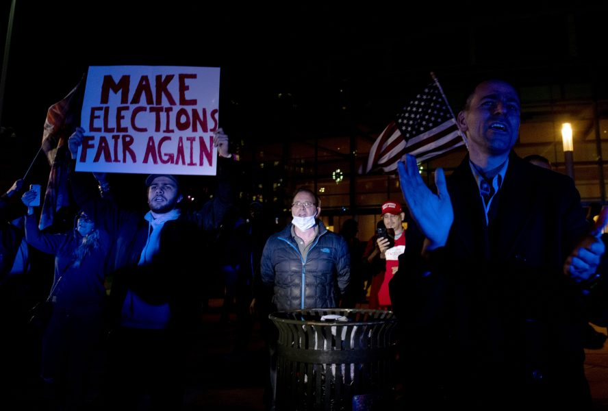 Trumpanhängare utanför en rösträkningslokal i Detroit, Michigan under torsdagskvällen.