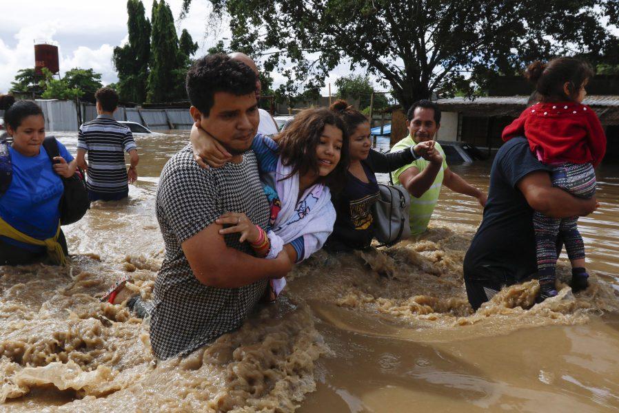 Översvämmade gator i Honduras efter ovädret Eta.