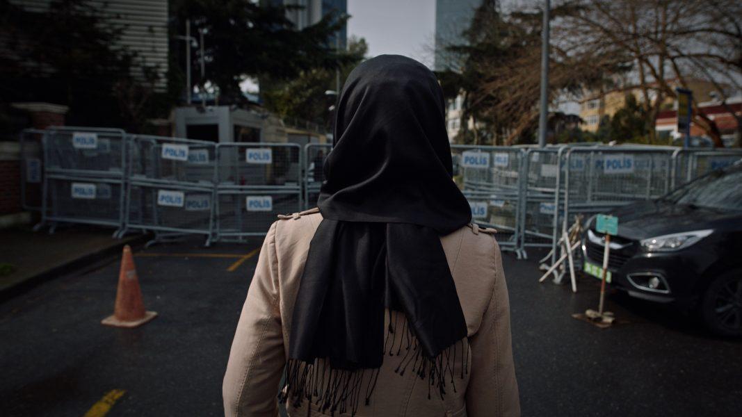Hatice Cengiz utanför saudiska konsultatet i Istanbul där hennes fästman JamalKhashoggi mördades.