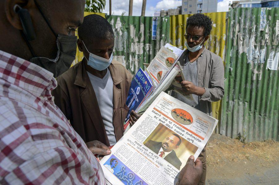 Etiopier läser nyheter om den väpnade konflikten i landets norra delar.