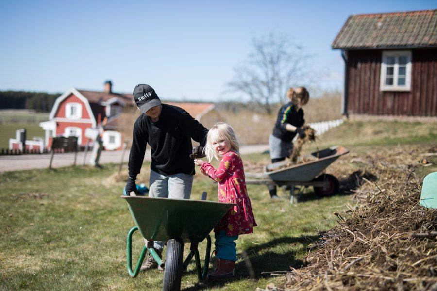 Josefine Gustafsson och Sandra Boström bor grannar i byn Ve i Väse.