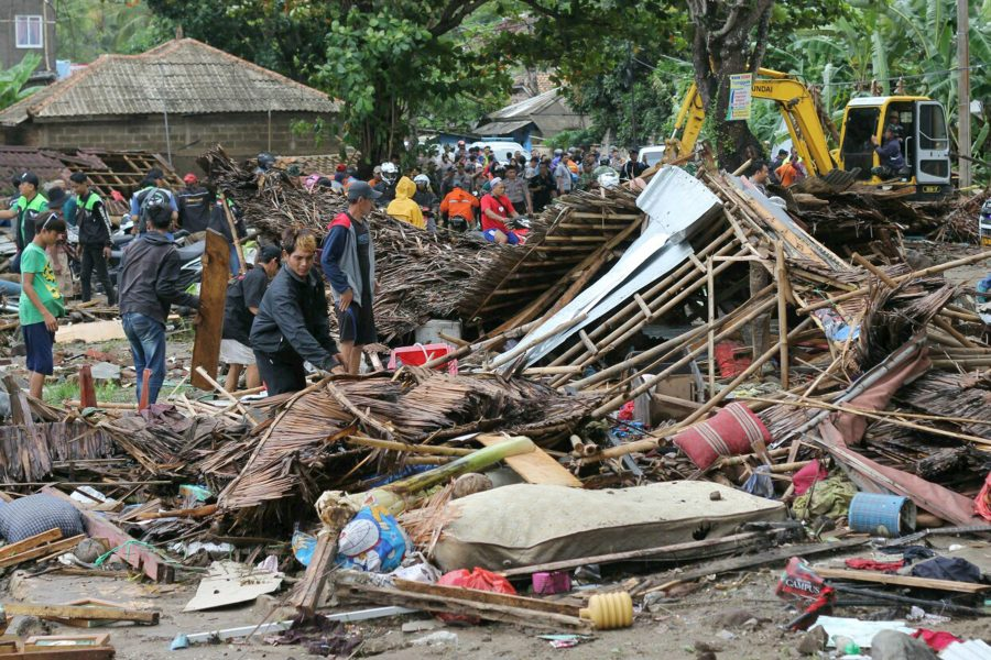 Förödelse efter att en tsunami träffade öarna Sumatra och Java i Indonesien 2018.