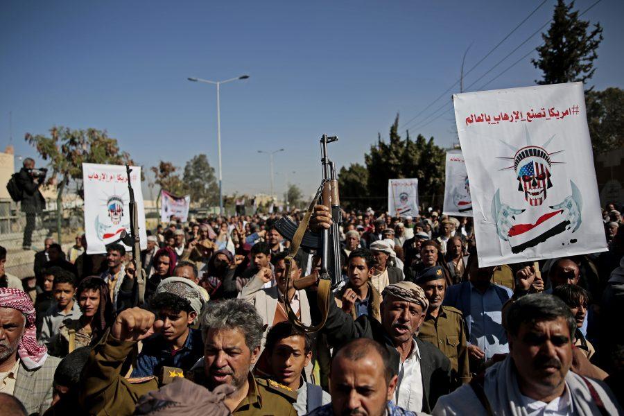 Houthianhängare demonstrerar mot USA:s beslut att terrorstämpla rörelsen utanför USA:s ambassad i Sanaa.