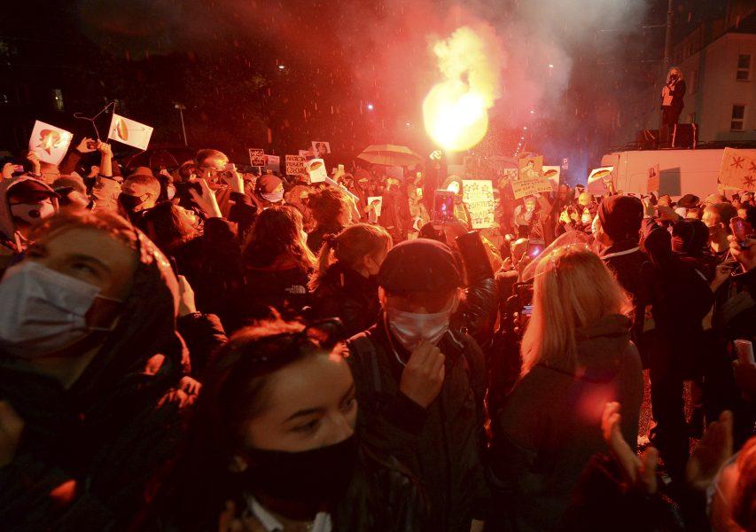 Protester mot Polens abortlagstiftning i Warszawa oktober 2020.