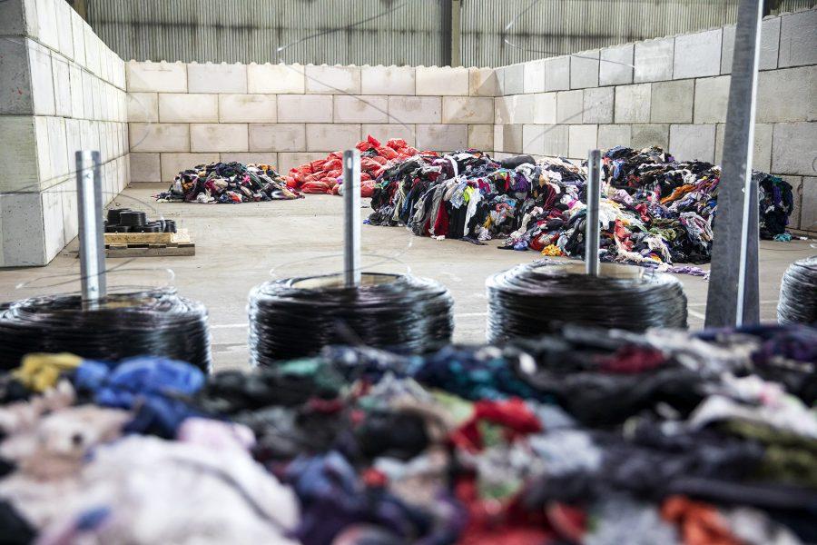 2025 inför EU ett krav på alla medlemsstater att textilavfall ska sorteras separat.