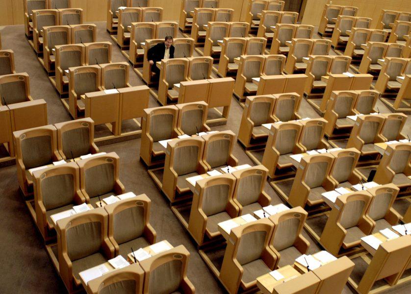 Närmast tomt i riksdagen, nu kan det bli konsekvenser för att utebli från för många omröstningar.