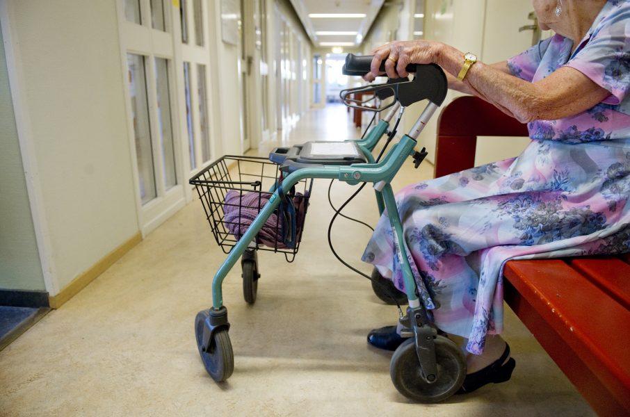 Sammanlagt satsar regeringen 3,3 miljarder kronor på äldreomsorgslyftet under 2021.