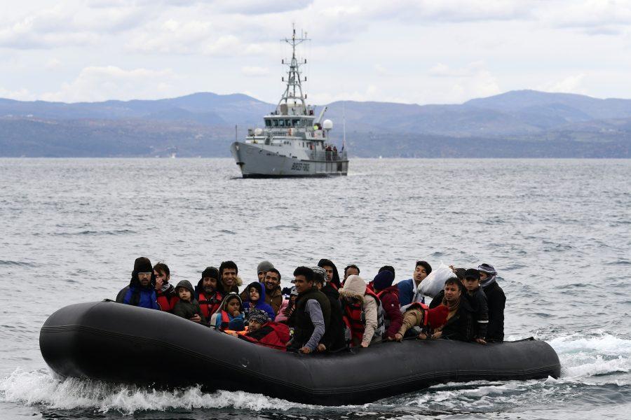 Frontex följer en grupp migranter till den grekiska ön Lesbos i en insats.