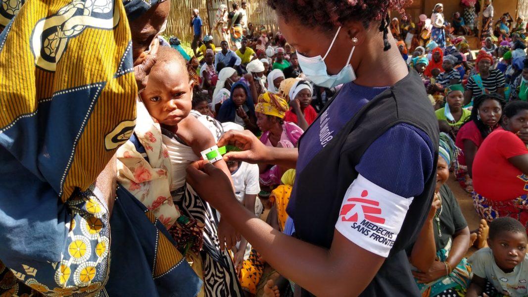 Ett barn blir undersökt i Melucoi Cabo Delgado-provinsen i Moçambique (februari 2021).