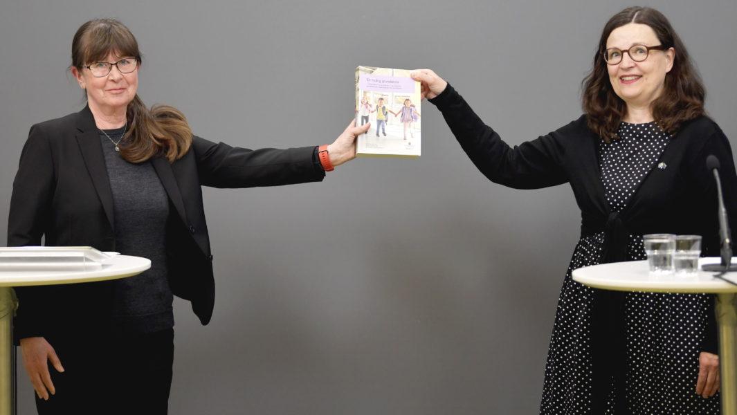Regeringens särskilda utredare Eva Durhan överlämnar utredning om en tioårig grundskola till utbildningsminister Anna Ekström vid en presskonferens i Rosenbad på måndagen.