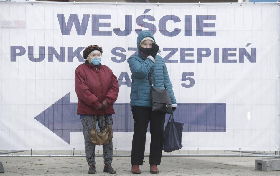 Vaccinationscentaler runtom i Polen får nu ökad skydd sedan flera har attackerats av vaccinmotståndare och till och med stuckits i brand.