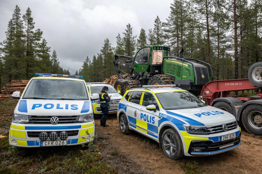 I samband med att Sveaskog stoppade avverkningen kom polisen i syfte att säkerställa att arbetet med att avlägsna avverkade träd kunde genomföras utan hinder, berättar Karoline Carlsson, talesperson från Greenpeace, på plats i Muonio sameby.