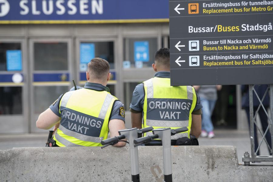 Ordningsvakter bevakar vid tunnelbanan vid Slussen i Stockholm.