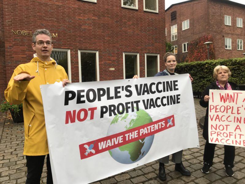 Tre personer från nätverket People's Vaccine Alliance demonstrerade igår utanför Nobel Forum.