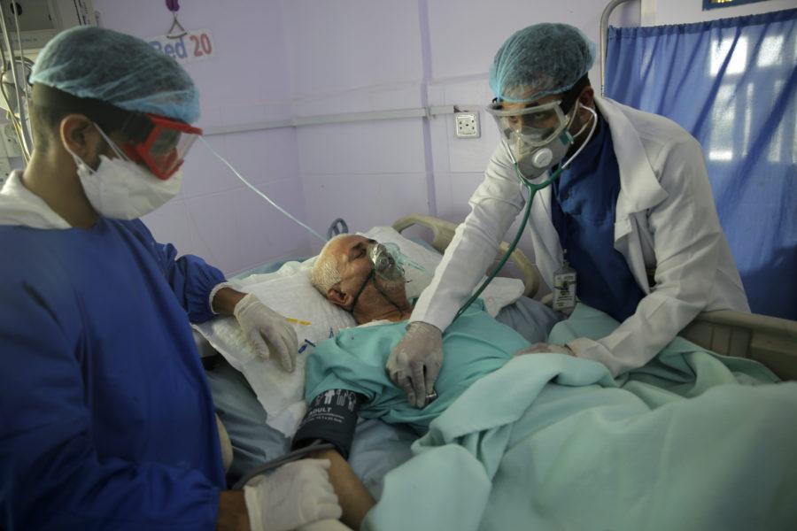 En man vårdas på en intensivvårdsavdelning i Jemen.