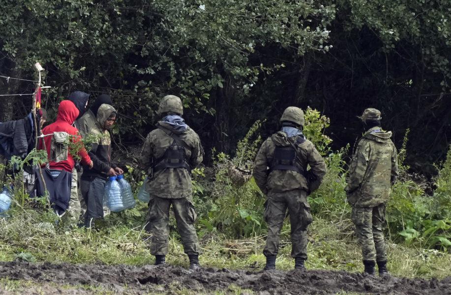 Polska gränsbevakare övervakar migranter vid gränsen mot Belarus i början av september.